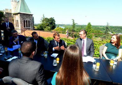 Predsednici Makron i Vučić sastali se sa studentima Kancelarije za mlade